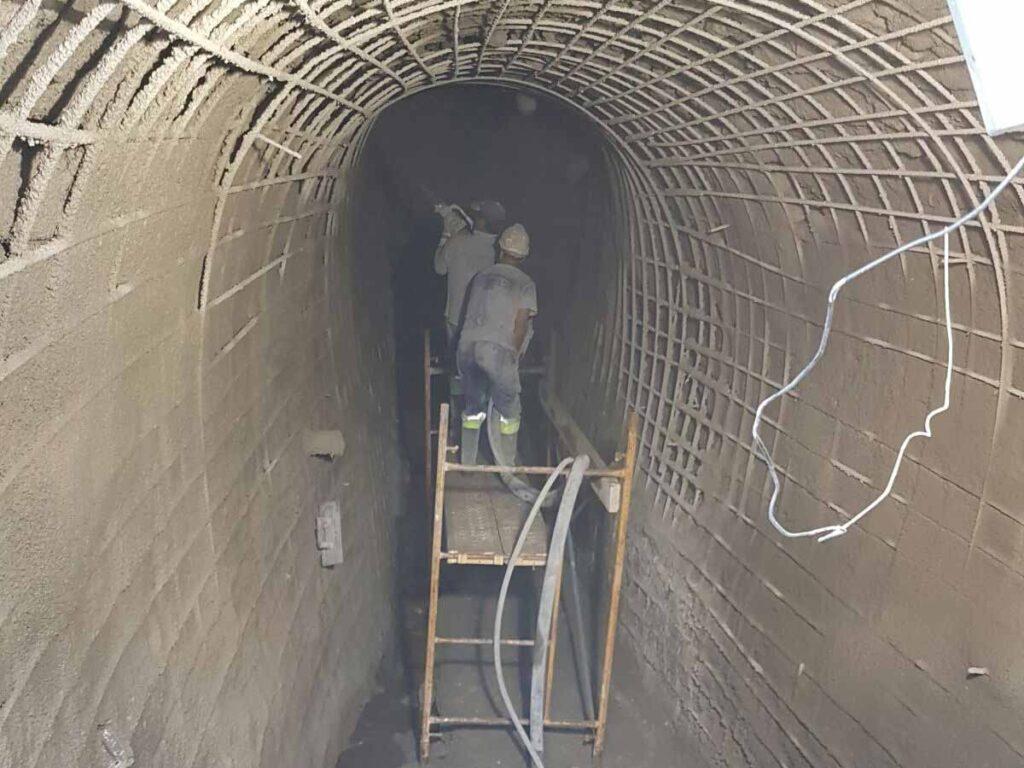 Proceso de gunitado de un túnel